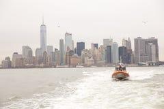 New York City horisont och fartyg för USA-kustbevakningpatrull Royaltyfri Foto