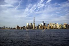 New York City horisont på en solig dag Arkivfoton