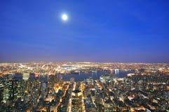New York City horisont på natten Arkivfoton