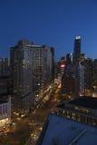 New York City horisont på skymning som ner ser södra Broadway från Lincoln Center, New York City, New York, USA Royaltyfri Fotografi