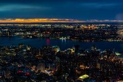 New York City horisont, på solnedgången arkivbilder
