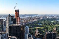 New York City horisont som sett från mitten av staden. Royaltyfria Bilder