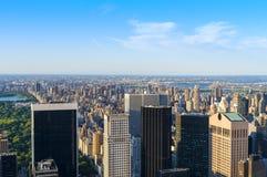 New York City horisont som sett från mitten av staden. Arkivfoto