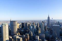 New York City horisont som sett från mitten av staden. Royaltyfri Bild