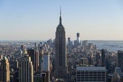 New York City horisont som sett från mitten av staden. Arkivfoton