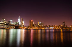 New York City horisont vid natt. Royaltyfria Foton
