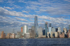 New York City i stadens centrum horisont med Freedom Tower som sett från Jersey City April 2017 arkivbilder