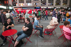 New York City, il 12 settembre 2015: molte gente e sedie rosse sopra Fotografie Stock Libere da Diritti