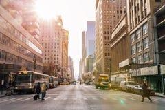 NEW YORK CITY - Januar 3: Taxi a rua dos carros, um turista ocupado inter fotografia de stock royalty free