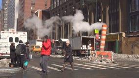New York City - Januari 16, 2018 ångarör som släpper varm luft in i gatan i midtownen Manhattan stock video