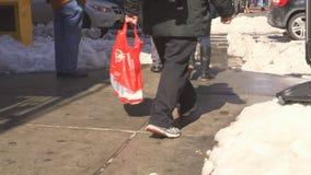 New York City - Januari 16, 2018: snöa den dolda gatan och rödbrun sandsten i Manhattan, New York City arkivfilmer