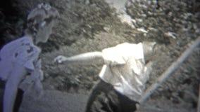 NEW YORK CITY - 1947 : Jeu de handball au parc public entre quelques ados banque de vidéos