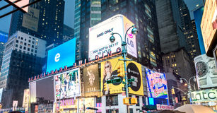 NEW YORK CITY - JUIN 2013 : Foules et trafic de Times Square au Ni Image stock