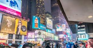 NEW YORK CITY - JUIN 2013 : Foules et trafic de Times Square au Ni Photo libre de droits