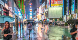 NEW YORK CITY - JUIN 2013 : Foules et trafic de Times Square au Ni Photo libre de droits