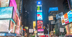 NEW YORK CITY - JUIN 2013 : Foules et trafic de Times Square au Ni Photos libres de droits
