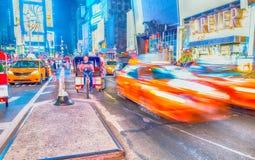NEW YORK CITY - JUIN 2013 : Les cabines jaunes accélèrent le long du stree de ville Image libre de droits