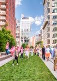 NEW YORK CITY - 15 JUIN 2013 : Mouvement brouillé de personnes sur L élevé Photos stock