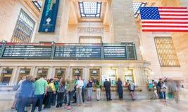 NEW YORK CITY - 10 JUIN 2013 : Touristes et gens du pays dans le cent grand Image libre de droits