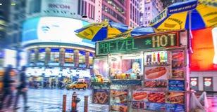 NEW YORK CITY - JUIN 2013 : Vendeur de nourriture de rue dans le Times Square à Image stock
