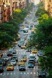 NEW YORK CITY - Jujy 02, 2018: Gelbe Fahrerhäuser auf der Front mit 9 Alleen des zentralen Anschlusses, New York Stockfotografie