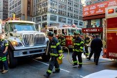 NEW YORK CITY - Jujy 02, 2018 : Les corps de sapeurs-pompiers pompent le carburant de la voiture après l'accident photos libres de droits