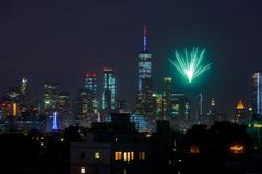 NEW YORK CITY - JUL 4: Fireworks over Manhattan seen from Brooklyn royalty free stock image