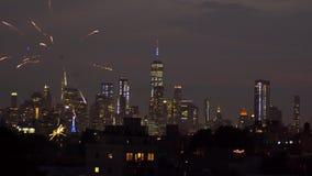 NEW YORK CITY - JULI 4: Självständighetsdagenfyrverkerier ovanför den Manhattan horisonten på Juli 4, lager videofilmer