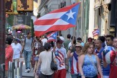 NEW YORK CITY - JUNI 14 2015: Årlig Puerto Rico Day Parade fylld 5th aveny Fotografering för Bildbyråer