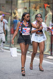 NEW YORK CITY - JUNI 14 2015: Årlig Puerto Rico Day Parade fylld 5th aveny Arkivfoton
