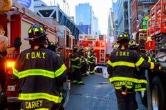 NEW YORK CITY - Juni 15, 2018: Brandstationpumpbränsle från bilen efter olyckan Arkivfoton