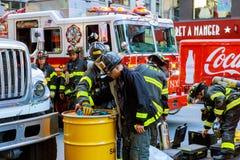 NEW YORK CITY - Juni 15, 2018: Brandstationpumpbränsle från bilen efter olyckan Royaltyfri Foto