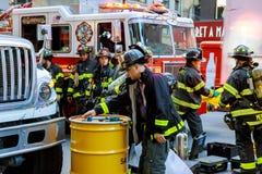 NEW YORK CITY - Juni 15, 2018: Brandstationpumpbränsle från bilen efter olyckan Fotografering för Bildbyråer