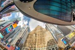 NEW YORK CITY - JUNI 11, 2013 Byggnader av Times Square på en cl Royaltyfri Bild