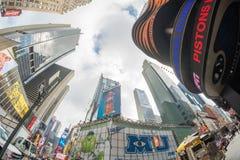 NEW YORK CITY - JUNI 11, 2013 Byggnader av Times Square på en cl Arkivfoto