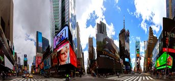 NEW YORK CITY - 15. Juni 2018: Das Panorama-Times Square, das mit Broadway-Theatern und lebhaften LED-Zeichen gekennzeichnet wird stockfotos