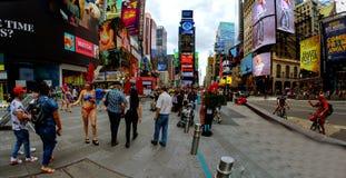 NEW YORK CITY - 15. Juni 2018: Das Panorama-Times Square, das mit Broadway-Theatern und lebhaften LED-Zeichen gekennzeichnet wird lizenzfreie stockfotos