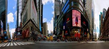 NEW YORK CITY - 15. Juni 2018: Das Panorama-Times Square, das mit Broadway-Theatern und lebhaften LED-Zeichen gekennzeichnet wird stockfoto