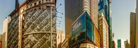 NEW YORK CITY - 15. JUNI 2013: Einheimische und Touristenweg in Zeiten Stockbild