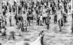 NEW YORK CITY - JUNI 10, 2013: Folkpendlingssträcka under upptagen mornin Arkivbilder