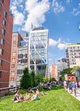 NEW YORK CITY - JUNI 2013: Gebäude der hohen Linie und der Stadt Neues Yor Stockfotos