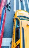 NEW YORK CITY - 10. JUNI 2013: Gelbe Fahrerhäuser entlang Stadtstraßen I Lizenzfreies Stockfoto