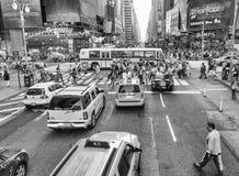 NEW YORK CITY - 10. JUNI 2013: Gelbe Fahrerhäuser entlang Stadtstraßen I Lizenzfreie Stockfotos
