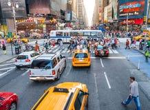 NEW YORK CITY - 10. JUNI 2013: Gelbe Fahrerhäuser entlang Stadtstraßen I Stockbilder