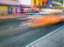 NEW YORK CITY - 16. JUNI 2013: Gelbe Fahrerhäuser nachts in Zeiten Squ Stockbilder
