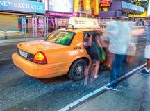 NEW YORK CITY - 16. JUNI 2013: Gelbe Fahrerhäuser nachts in Zeiten Squ Lizenzfreies Stockfoto