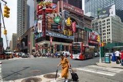 NEW YORK CITY - JUNI 15, 2015: genomskärning av Broadway och 48th St Royaltyfria Bilder