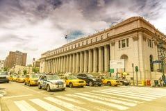 NEW YORK CITY - JUNI 13, 2013: Gula taxiar längs den Manhattan avenuen Arkivbilder