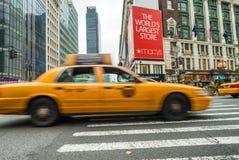 NEW YORK CITY - JUNI 13, 2013: Gula taxiar längs den Manhattan avenuen Royaltyfri Bild