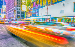 NEW YORK CITY - JUNI 2013: Gula taxihastigheter upp i Times Square Royaltyfri Fotografi